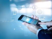 Επιχειρηματίας που χρησιμοποιεί τις κινητές σε απευθείας σύνδεση αγορές πληρωμών και τη σύνδεση δικτύων πελατών εικονιδίων στην ο Στοκ Εικόνες