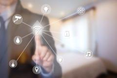 Επιχειρηματίας που χρησιμοποιεί το έξυπνο σπίτι από την οθόνη αφής Στοκ εικόνα με δικαίωμα ελεύθερης χρήσης