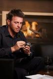 Επιχειρηματίας που χρησιμοποιεί το έξυπνο τηλέφωνο Στοκ Εικόνες
