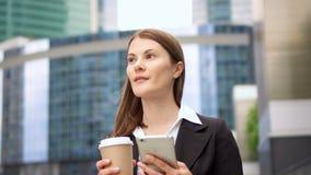 Επιχειρηματίας που χρησιμοποιεί το έξυπνο τηλέφωνο να κουβεντιάσει ξεφυλλίσματος πόλεων στις στο κέντρο της πόλης, επαγγελματικές φιλμ μικρού μήκους