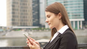 Επιχειρηματίας που χρησιμοποιεί το έξυπνο τηλέφωνο να κουβεντιάσει ξεφυλλίσματος πόλεων στις στο κέντρο της πόλης, επαγγελματικές απόθεμα βίντεο
