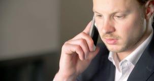 Επιχειρηματίας που χρησιμοποιεί το έξυπνο τηλέφωνό του απόθεμα βίντεο