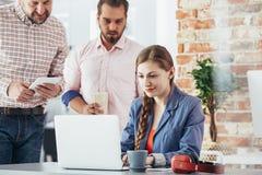 Επιχειρηματίας που χρησιμοποιεί το διάστημα ομο-εργασίας Στοκ Εικόνες