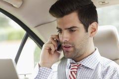 Επιχειρηματίας που χρησιμοποιεί το κινητό τηλέφωνο στο αυτοκίνητό του Στοκ Εικόνες