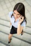 Επιχειρηματίας που χρησιμοποιεί το κινητό τηλέφωνο Στοκ φωτογραφίες με δικαίωμα ελεύθερης χρήσης
