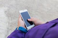 Επιχειρηματίας που χρησιμοποιεί το κινητό τηλέφωνό του υπαίθριο Στοκ Φωτογραφίες