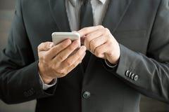 Επιχειρηματίας που χρησιμοποιεί το κινητό smartphone Στοκ φωτογραφία με δικαίωμα ελεύθερης χρήσης