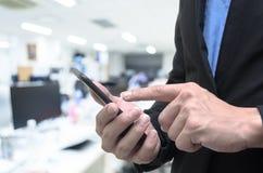 Επιχειρηματίας που χρησιμοποιεί το τηλέφωνο στο γραφείο εργασίας στοκ φωτογραφίες