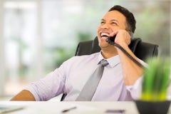 Επιχειρηματίας που χρησιμοποιεί το τηλέφωνο γραμμών εδάφους Στοκ φωτογραφία με δικαίωμα ελεύθερης χρήσης