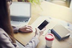 Επιχειρηματίας που χρησιμοποιεί το τηλέφωνο καθμένος στο γραφείο του με τον ξύλινο πίνακα Κενό διάστημα για το σχεδιάγραμμα Στοκ Φωτογραφία