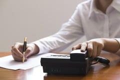 Επιχειρηματίας που χρησιμοποιεί το τηλέφωνο, που παίρνει τις σημειώσεις στο γραφείο γραφείων Στοκ εικόνα με δικαίωμα ελεύθερης χρήσης