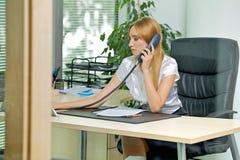 Επιχειρηματίας που χρησιμοποιεί το τηλέφωνο στο γραφείο Στοκ Φωτογραφίες