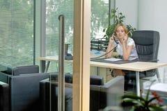 Επιχειρηματίας που χρησιμοποιεί το τηλέφωνο στο γραφείο Στοκ φωτογραφίες με δικαίωμα ελεύθερης χρήσης
