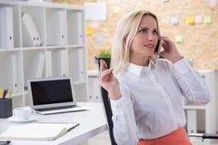 Επιχειρηματίας που χρησιμοποιεί το τηλέφωνο Στοκ Εικόνες