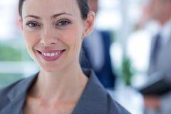 επιχειρηματίας που χρησιμοποιεί το τηλέφωνό της με το συνάδελφο δύο πίσω από την Στοκ φωτογραφίες με δικαίωμα ελεύθερης χρήσης