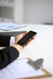 Επιχειρηματίας που χρησιμοποιεί το τηλέφωνό της στην αρχή Στοκ φωτογραφίες με δικαίωμα ελεύθερης χρήσης