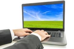 Επιχειρηματίας που χρησιμοποιεί το φορητό προσωπικό υπολογιστή Στοκ Φωτογραφίες