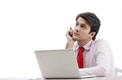 Επιχειρηματίας που χρησιμοποιεί το lap-top και τη σκέψη Στοκ Φωτογραφία