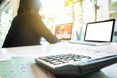 Επιχειρηματίας που χρησιμοποιεί το lap-top και τον υπολογιστή στο γραφείο γραφείων και το άτομο Στοκ Εικόνες