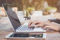 Επιχειρηματίας που χρησιμοποιεί το lap-top που λειτουργεί με την ταμπλέτα και τον καφέ Στοκ φωτογραφίες με δικαίωμα ελεύθερης χρήσης