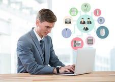 Επιχειρηματίας που χρησιμοποιεί το lap-top με το ψηφιακά σύνθετο επιχειρησιακό εικονίδιο Στοκ εικόνες με δικαίωμα ελεύθερης χρήσης