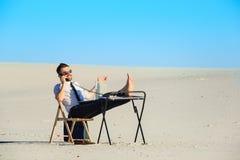 Επιχειρηματίας που χρησιμοποιεί το lap-top σε μια έρημο Στοκ εικόνες με δικαίωμα ελεύθερης χρήσης