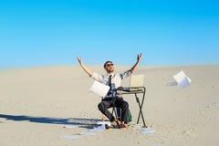 Επιχειρηματίας που χρησιμοποιεί το lap-top σε μια έρημο στοκ φωτογραφίες