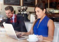 Επιχειρηματίας που χρησιμοποιεί το lap-top στη καφετερία Στοκ Φωτογραφίες