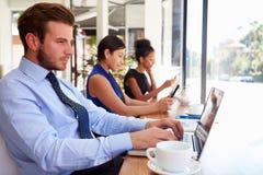 Επιχειρηματίας που χρησιμοποιεί το lap-top στη καφετερία Στοκ Εικόνες