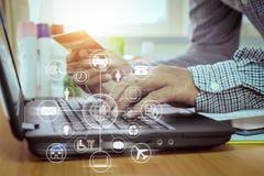 Επιχειρηματίας που χρησιμοποιεί το lap-top στη σε απευθείας σύνδεση πληρωμή από την πιστωτική κάρτα Στοκ Εικόνες