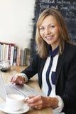 Επιχειρηματίας που χρησιμοποιεί το lap-top στον καφέ Στοκ εικόνες με δικαίωμα ελεύθερης χρήσης