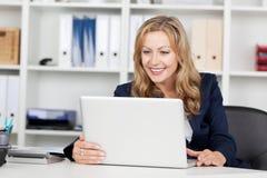 Επιχειρηματίας που χρησιμοποιεί το lap-top στο γραφείο γραφείων Στοκ Φωτογραφίες