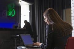 Επιχειρηματίας που χρησιμοποιεί το lap-top στο φραγμό Στοκ φωτογραφίες με δικαίωμα ελεύθερης χρήσης