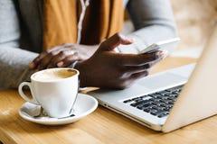Επιχειρηματίας που χρησιμοποιεί το lap-top του στη καφετερία Στοκ φωτογραφίες με δικαίωμα ελεύθερης χρήσης