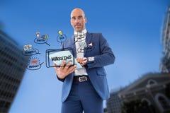Επιχειρηματίας που χρησιμοποιεί το PC ταμπλετών με το μάρκετινγκ των εικονιδίων στην πόλη Στοκ Εικόνες