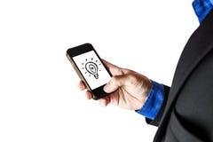 Επιχειρηματίας που χρησιμοποιεί το smartphone, λάμπα φωτός ιδέας στην οθόνη, που απομονώνεται στο άσπρο υπόβαθρο Στοκ φωτογραφία με δικαίωμα ελεύθερης χρήσης