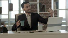 Επιχειρηματίας που χρησιμοποιεί το smartphone για να πάρει την εικόνα του Στοκ Φωτογραφία
