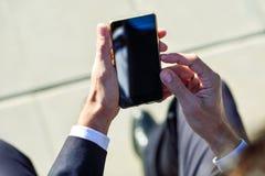 Επιχειρηματίας που χρησιμοποιεί το smartphone του στην οδό Στοκ εικόνες με δικαίωμα ελεύθερης χρήσης