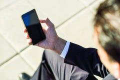 Επιχειρηματίας που χρησιμοποιεί το smartphone του στην οδό Στοκ Εικόνες