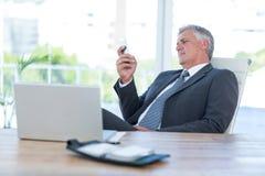 Επιχειρηματίας που χρησιμοποιεί το smartphone του Στοκ Φωτογραφία