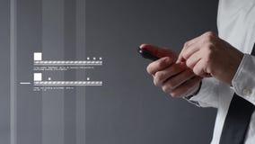 Επιχειρηματίας που χρησιμοποιεί το smartphone. Χέρια που τυλίγουν και που δένουν την οθόνη με ταινία. φιλμ μικρού μήκους