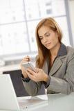 Επιχειρηματίας που χρησιμοποιεί το smartphone Στοκ εικόνες με δικαίωμα ελεύθερης χρήσης