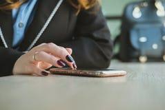 Επιχειρηματίας που χρησιμοποιεί app στο smartphone στο γραφείο γυναίκα που το μ Στοκ φωτογραφία με δικαίωμα ελεύθερης χρήσης