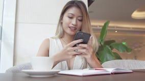 Επιχειρηματίας που χρησιμοποιεί app στο smartphone Στοκ Φωτογραφίες