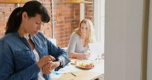 Επιχειρηματίας που χρησιμοποιεί smartwatch 4k απόθεμα βίντεο