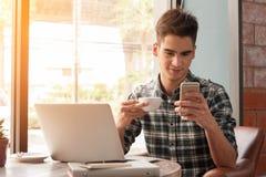 Επιχειρηματίας που χρησιμοποιούν το smartphone και το lap-top με την ταμπλέτα και μάνδρα στο W Στοκ Φωτογραφία