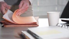 Επιχειρηματίας που ψάχνει για ένα έγγραφο στους φακέλλους απόθεμα βίντεο