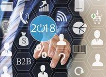 Επιχειρηματίας που ωθεί το 2018 στις εικονικές οθόνες Επιχειρησιακή καινοτομία, επιχειρησιακό όραμα, webinar, έναρξη το 2018 Στοκ Εικόνες