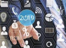 Επιχειρηματίας που ωθεί το 2019 στις εικονικές οθόνες Επιχειρησιακή καινοτομία, επιχειρησιακό όραμα, webinar, έναρξη το 2019 Στοκ εικόνες με δικαίωμα ελεύθερης χρήσης