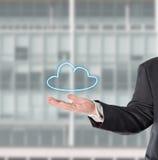 Επιχειρηματίας, πωλητής, με ένα εικονικό σύμβολο (σύννεφο) Στοκ Φωτογραφίες